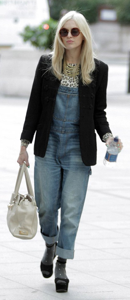 blue-light-jumpsuit-white-tee-necklace-black-jacket-blazer-black-shoe-sandalw-white-bag-sun-blonde-wear-fashion-style-fearnecotton-socks-leopard-celebrity-street-style-lunch.jpg
