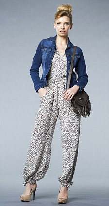 grayl-jumpsuit-blue-navy-jacket-jean-black-bag-tan-shoe-pumps-bun-print-howtowear-fashion-style-outfit-spring-summer-blonde-lunch.jpg