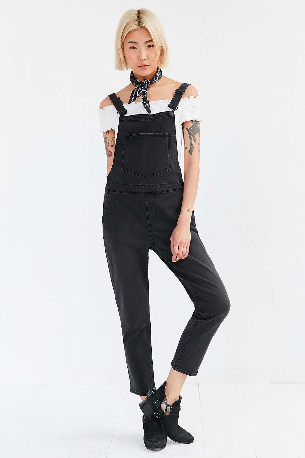 black-jumpsuit-white-top-blonde-black-shoe-booties-spring-summer-wear-fashion-style-overalls-offshoulder-black-scarf-neck-bandan-urbanoutfitters-lunch.jpg