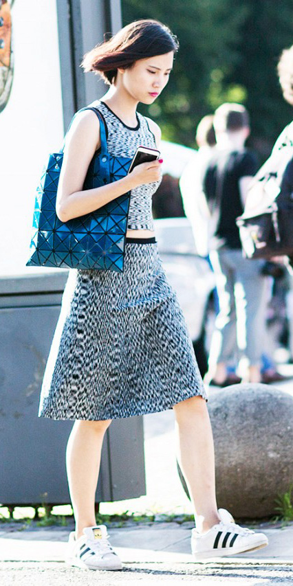 black-aline-skirt-black-top-print-blue-bag-tote-white-shoe-sneakers-howtowear-style-fashion-spring-summer-brun-sporty-weekend.jpg