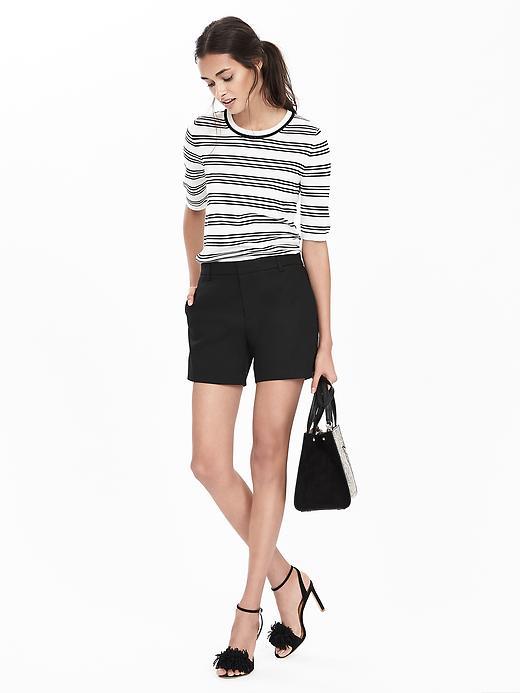 black-shorts-black-tee-stripe-howtowear-fashion-style-outfit-spring-summer-black-bag-hand-black-shoe-sandalh-pony-brun-lunch.jpg