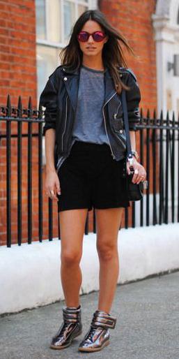 black-shorts-grayl-tee-howtowear-fashion-style-outfit-fall-winter-wedge-gray-shoe-sneakers-black-jacket-moto-black-bag-sun-brun-weekend.jpg