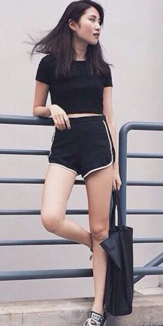 how-to-style-black-shorts-sweat-black-tee-black-shoe-sneakers-brun-mono-spring-summer-fashion-weekend.jpg