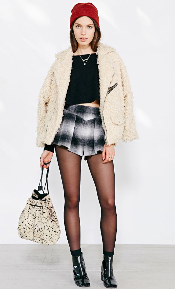 black-shorts-black-tee-crop-print-necklace-beanie-white-bag-black-tights-howtowear-fashion-style-outfit-fall-winter-white-jacket-coat-fur-fuzz-black-shoe-booties-brun-weekend.jpg