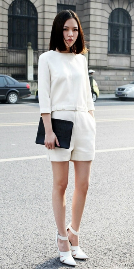 how-to-style-white-shorts-white-top-match-set-all-white-white-shoe-pumps-black-bag-clutch-brun-spring-summer-fashion-dinner.jpg