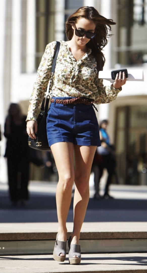blue-navy-shorts-yellow-top-blouse-howtowear-fashion-style-outfit-spring-summer-tan-shoe-sandalw-belt-black-bag-floral-print-sun-denim-brun-lunch.jpg