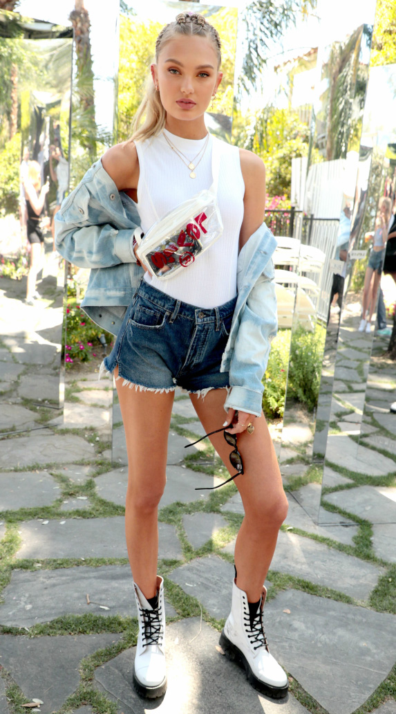 how-to-style-blue-navy-shorts-denim-white-tee-blonde-pony-blue-light-jacket-jean-white-shoe-booties-combat-drmartens-spring-summer-fashion-romee-weekend.jpg