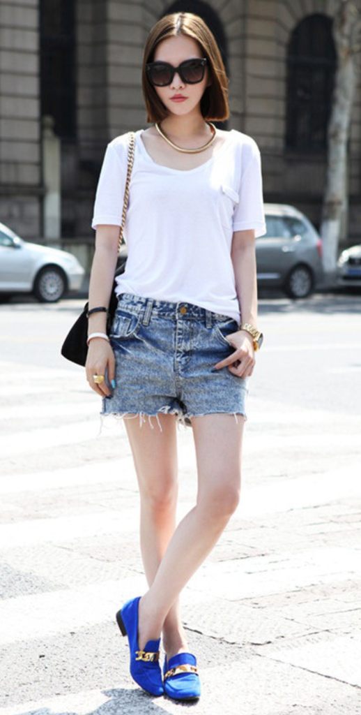 blue-med-shorts-white-tee-necklace-howtowear-fashion-style-outfit-spring-summer-blue-shoe-flats-sun-black-bag-denim-brun-weekend.jpg