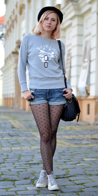 blue-med-shorts-grayl-sweater-sweatshirt-graphic-blonde-lob-hat-black-bag-black-tights-fall-winter-weekend.jpg