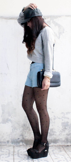 blue-light-shorts-grayl-sweater-sweatshirt-hat-cap-black-tights-black-shoe-sandalw-black-bag-howtowear-fashion-style-outfit-fall-winter-brun-weekend.jpg