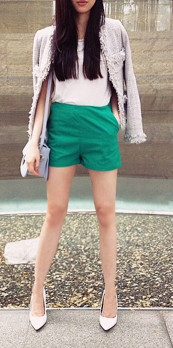 green-emerald-shorts-white-tee-purple-light-jacket-lady-tweed-purple-bag-white-shoe-pumps-howtowear-fashion-style-outfit-spring-summer-brun-lunch.jpg