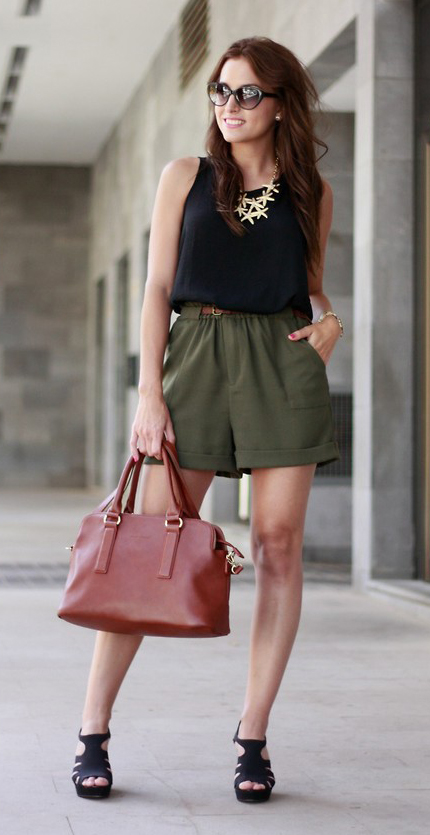 green-olive-shorts-black-tee-bib-necklace-cognac-bag-black-shoe-sandalh-sun-howtowear-fashion-style-spring-summer-outfit-brun-lunch.jpg