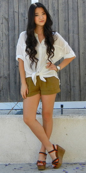 green-olive-shorts-white-collared-shirt-red-shoe-sandalw-howtowear-fashion-style-outfit-brun-spring-summer-lunch.jpg