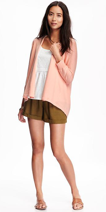green-olive-shorts-white-top-peach-cardigan-cognac-shoe-sandals-howtowear-fashion-style-outfit-spring-summer-brun-weekend.jpg