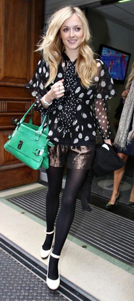 brown-shorts-black-tights-black-top-blouse-dot-print-green-bag-white-shoe-pumps-fearnecotton-fall-winter-blonde-dinner.jpg