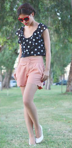 o-peach-shorts-black-top-dot-print-white-shoe-pumps-braid-sun-howtowear-fashion-style-outfit-spring-summer-brun-lunch.jpg