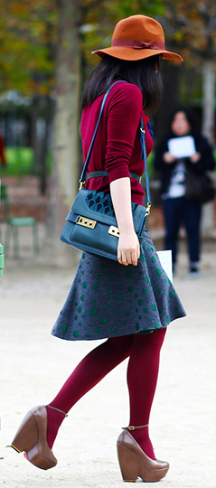how-to-style-blue-navy-aline-skirt-blue-bag-red-tights-brown-shoe-pumps-hat-brun-fall-winter-fashion-lunch.jpg