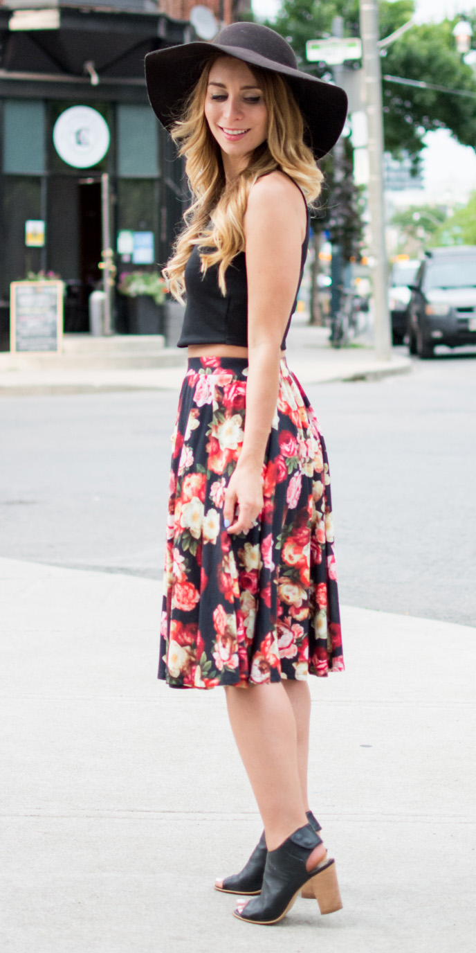 red-aline-skirt-floral-print-black-crop-top-blonde-hat-black-shoe-sandalh-spring-summer-weekend.jpg