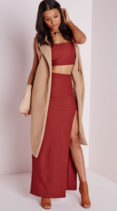 red-maxi-skirt-red-bralette-red-top-crop-match-set-tan-vest-sleeveless-white-bag-clutch-cognac-shoe-sandalh-howtowear-fashion-style-outfit-fall-winter-necklace-brun-dinner.jpeg