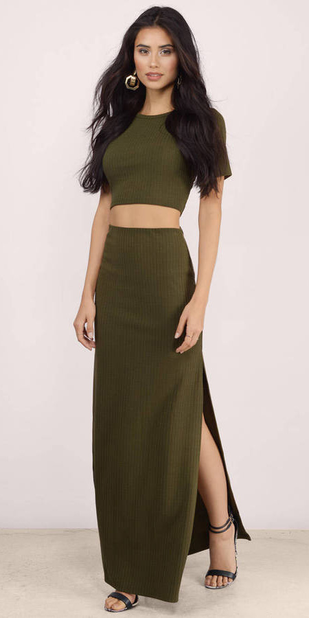 green-olive-crop-top-matchset-earrings-brun-black-shoe-sandalh-green-olive-maxi-skirt-spring-summer-dinner.jpg
