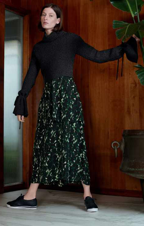 green-dark-maxi-skirt-print-black-sweater-turtleneck-black-shoe-sneakers-howtowear-fall-winter-hairr-lunch.jpg