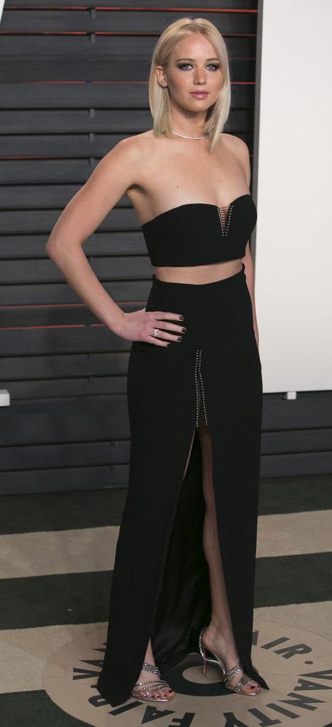 black-maxi-skirt-black-top-crop-bustier-gray-shoe-sandalh-strapless-jenniferlawrence-style-spring-summer-blonde-elegant.jpg