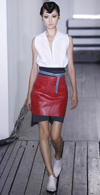 red-mini-skirt-white-top-bun-white-shoe-brogues-wear-style-fashion-fall-winter-brun-lunch.jpg
