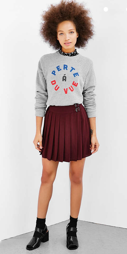 r-burgundy-mini-skirt-grayl-sweater-sweatshirt-wear-style-fashion-fall-winter-graphic-pleats-black-shoe-sandals-socks-brun-lunch.jpg