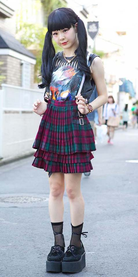 r-burgundy-mini-skirt-black-tee-necklace-pony-wear-style-fashion-fall-winter-graphic-plaid-japan-black-shoe-brogues-socks-brun-lunch.jpg