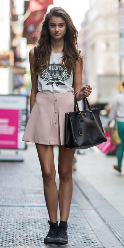 r-pink-light-mini-skirt-white-tee-black-bag-wear-style-fashion-spring-summer-black-shoe-sneakers-graphic-streetstyle-hairr-weekend.jpg