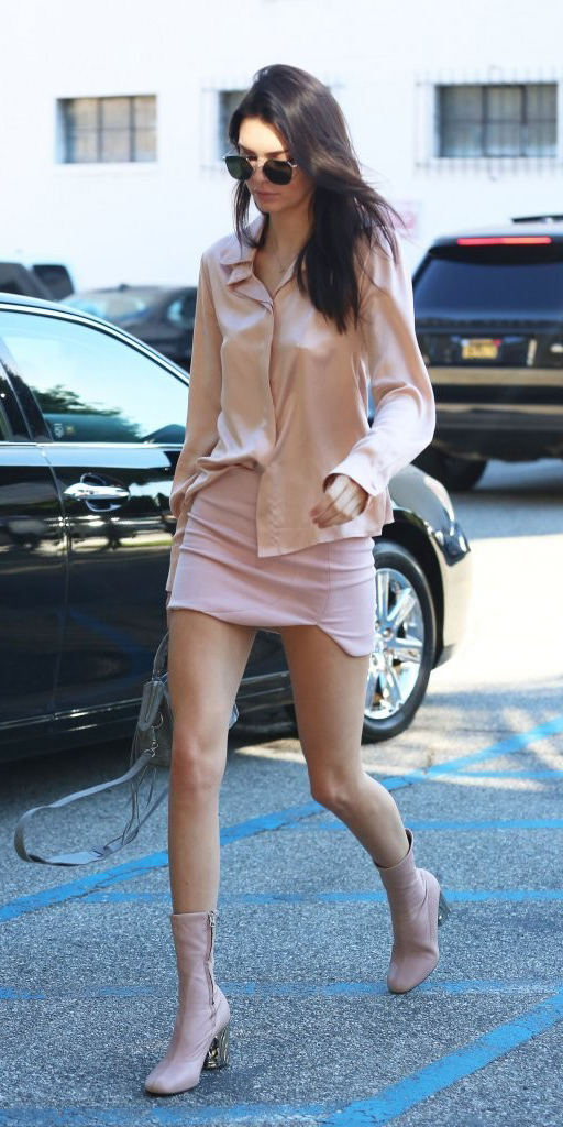 pink-light-mini-skirt-peach-top-blouse-pink-shoe-booties-gray-bag-kendalljenner-spring-summer-brun-lunch.jpg