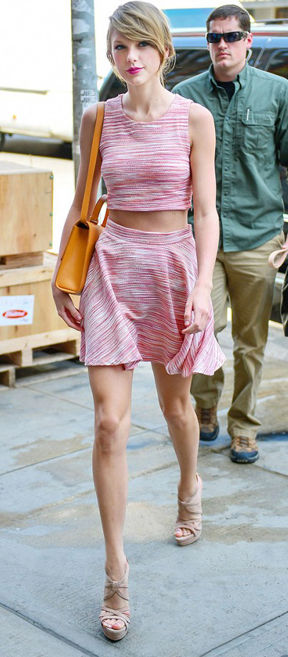 pink-light-mini-skirt-pink-light-top-crop-yellow-bag-tan-shoe-sandalh-matchset-taylorswift-spring-summer-blonde-.jpg