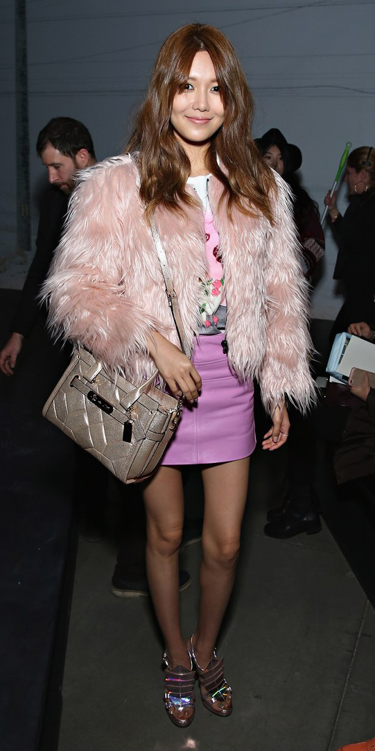 pink-light-mini-skirt-pink-light-jacket-coat-fur-tan-bag-brun-choisooyoung-fall-winter-dinner.jpg