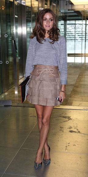 tan-mini-skirt-grayl-sweater-oliviapalermo-spring-summer-hairr-dinner.jpg