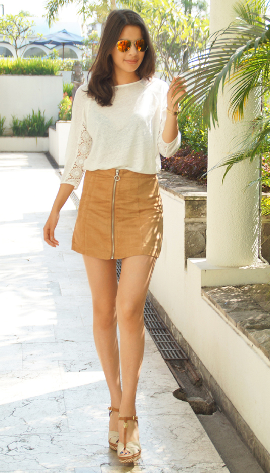 o-tan-mini-skirt-white-tee-sun-cognac-shoe-sandalw-howtowear-fashion-style-outfit-spring-summer-brun-lunch.jpg