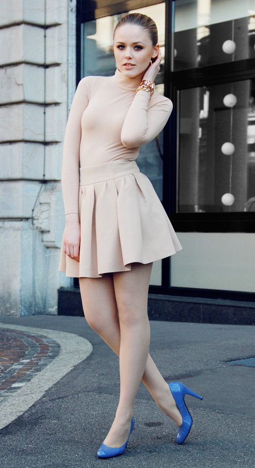 o-tan-mini-skirt-tan-top-turtleneck-watch-bun-blue-shoe-pumps-nude-howtowear-fashion-style-outfit-spring-summer-blonde-dinner.jpg