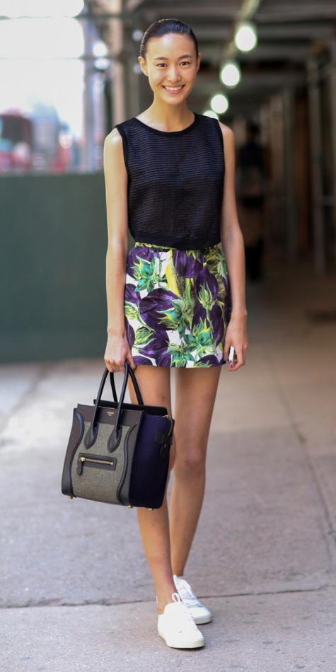 green-emerald-mini-skirt-black-top-howtowear-fashion-style-outfit-spring-summer-white-shoe-sneakers-black-bag-tote-bun-print-brun-weekend.jpg