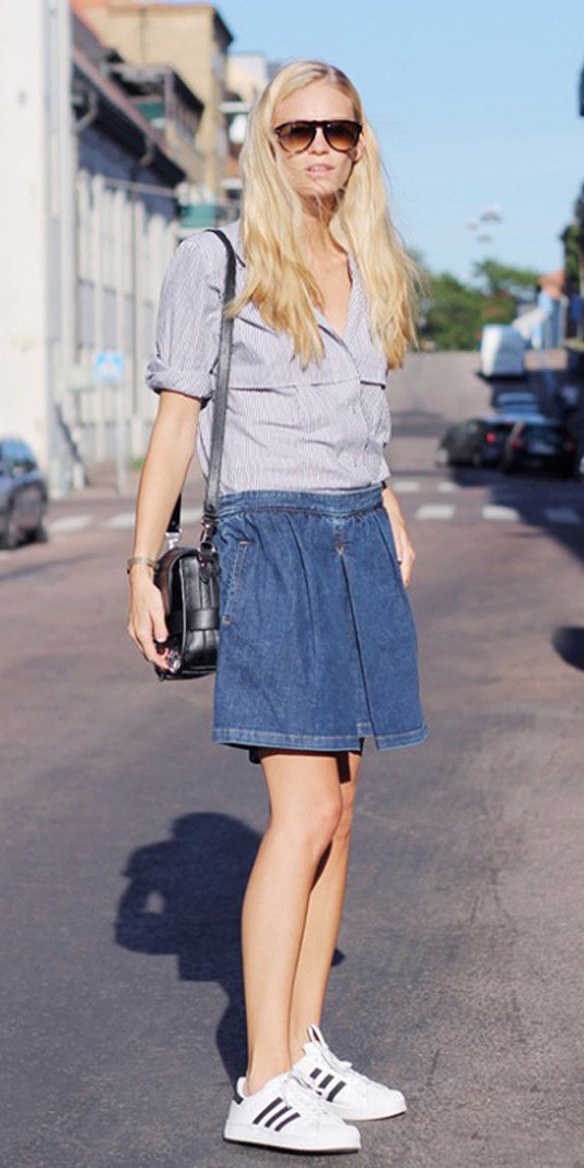 blue-med-mini-skirt-blue-light-collared-shirt-black-bag-white-shoe-sneakers-sun-spring-summer-blonde-weekend.jpg