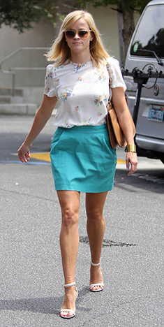 blue-med-mini-skirt-white-top-floral-cognac-bag-sun-white-shoe-sandalh-reesewitherspoon-howtowear-fashion-style-outfit-spring-summer-blonde-lunch.jpg