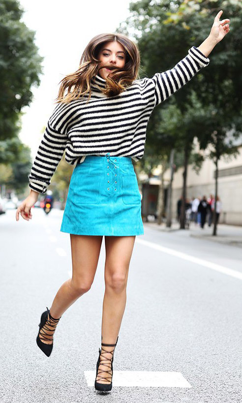 how-to-style-blue-med-mini-skirt-white-sweater-turtleneck-stripe-hairr-black-shoe-pumps-fall-winter-fashion-lunch.jpg