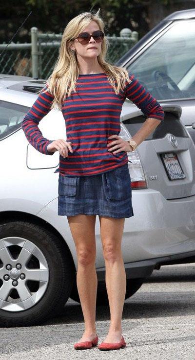 blue-navy-mini-skirt-red-tee-stripe-red-shoe-flats-reesewitherspoon-howtowear-style-spring-summer-blonde-weekend.jpg