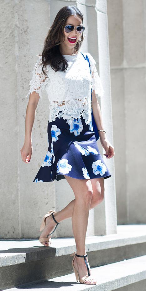 how-to-style-blue-navy-mini-skirt-white-top-blouse-lace-tan-shoe-sandalh-floral-print-blue-bag-sun-brun-spring-summer-fashion-dinner.jpg