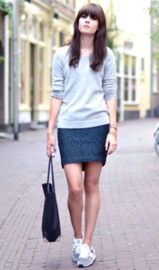 blue-navy-mini-skirt-grayl-sweater-black-bag-tote-wear-style-fashion-spring-summer-gray-shoe-sneakers-brun-weekend.jpg
