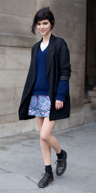 purple-light-mini-skirt-blue-navy-sweater-cobalt-wear-style-fashion-fall-winter-black-shoe-brogues-socks-black-jacket-blazer-boyfriend-streetstyle-outfit-brun-weekend.jpg