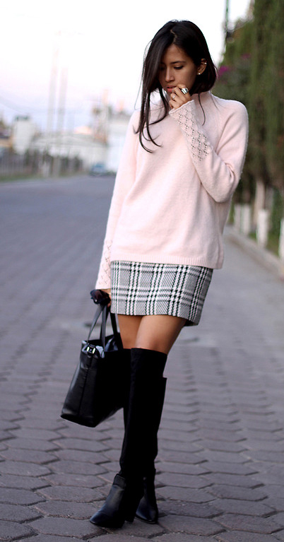 white-mini-skirt-black-shoe-boots-black-bag-pink-light-sweater-howtowear-fashion-style-outfit-fall-winter-brun-lunch.jpg