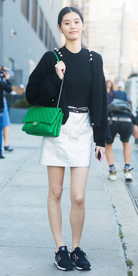 white-mini-skirt-black-tee-black-cardigan-green-bag-pony-belt-black-shoe-sneakers-wear-howtowear-fashion-style-outfit-fall-winter-brun-weekend.jpg