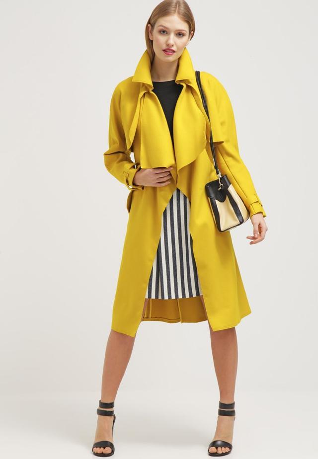white-mini-skirt-vertical-stripe-black-tee-blonde-white-bag-yellow-jacket-coat-trench-black-shoe-sandalh-spring-summer-lunch.jpg