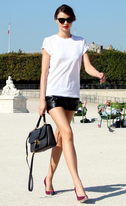black-mini-skirt-white-tee-black-bag-bun-sun-wear-style-fashion-spring-summer-burgundy-shoe-pumps-mirandakerr-model-streetstyle-hairr-classic-lunch.jpg