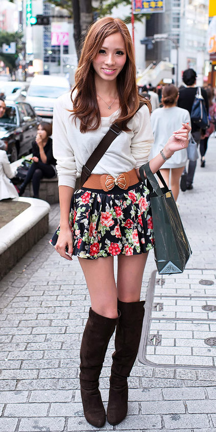black-mini-skirt-white-sweater-wide-belt-wear-style-fashion-fall-winter-print-floral-black-shoe-boots-hairr-lunch.jpg