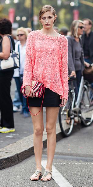 black-mini-skirt-peach-sweater-hairr-bun-red-bag-spring-summer-weekend.jpg